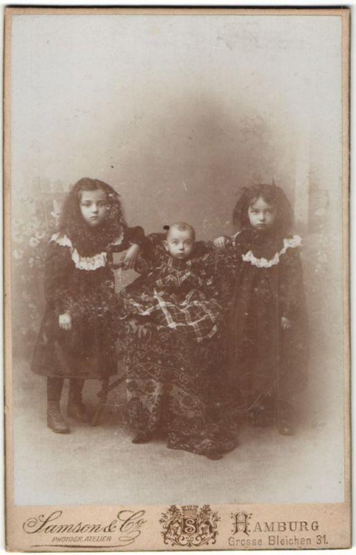 Fotografie Samson & Co., Hamburg, zwei kleine Mädchen im Kleid mit Baby in der Mitte
