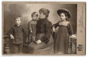 Fotografie U. Zattler, Landshut, Mutter mit ihren drei Kindern