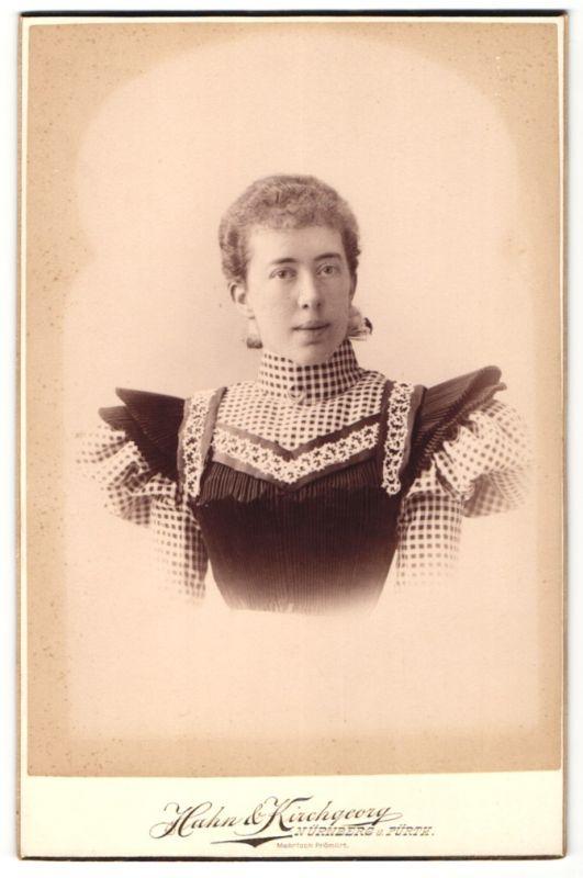 Fotografie Hahn & Kirchgeorg, Nürnberg & Fürth, Portrait Frau in zeitgenöss. Garderobe