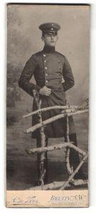 Fotografie A. de Veer, Berlin-SW, Portrait Soldat in Uniformmantel
