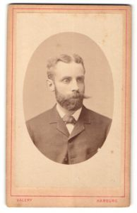 Fotografie Valery, Hamburg, Portrait Herr im Anzug mit Schnauzbart