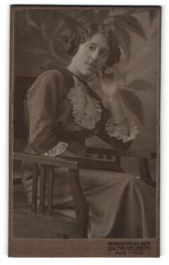 Fotografie Oscar Neubert, Aue i. Erzg., Portrait junge Frau im hübschen Kleid mit Flechtfrisur