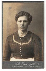 Fotografie Chr. Baumgartner, Wolfratshausen, Portrait junge Frau mit welligen Haaren mit Halskette
