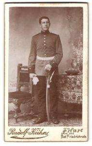 Fotografie Rudolf Kühn, Erfurt & Bad Friedrichroda, Portrait Soldat mit Säbel
