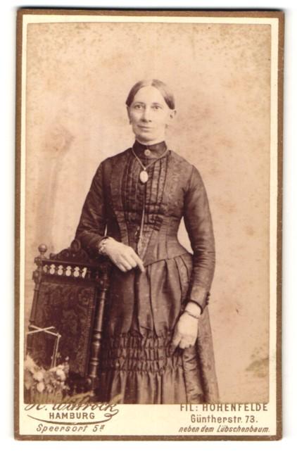 Fotografie H. Wittrock, Hohenfelde, Portrait Frau in zeitgenöss. Garderobe