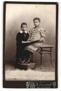 Fotografie A. Jandorf & Co., Berlin, Portrait Mädchen und kleiner Bruder