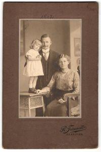 Fotografie R. Freundt, Hannover, Portrait junge bürgerliche Familie