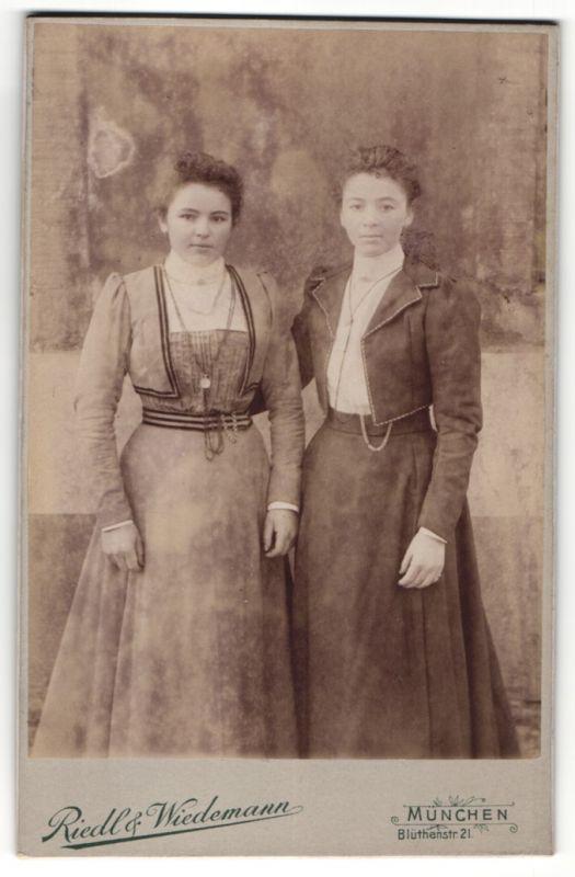 Fotografie Riedl & Wiedemann, München, Portrait zwei Mädchen in modischer Kleidung