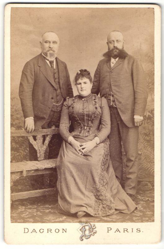 Fotografie Dagron, Paris, Portrait zwei Herren und junge Frau