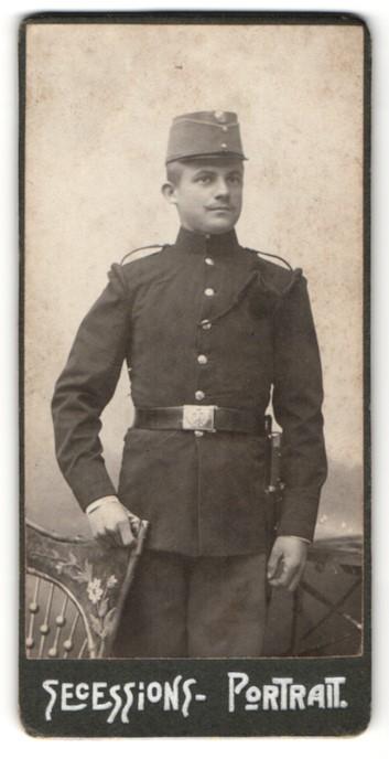 Fotografie österreichischer Soldat in Uniform mit Mütze & Bajonett