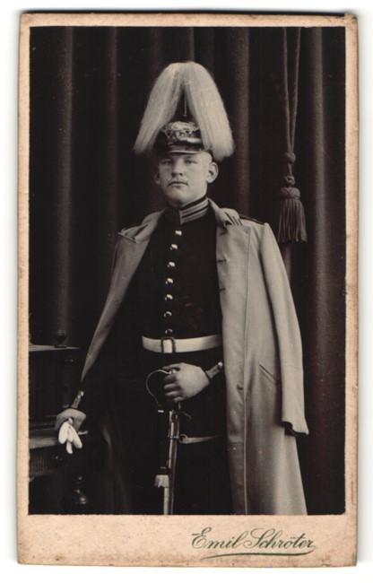 Fotografie Emil Schröter, Jüterbog, Garde-Soldat in Uniform mit Pickelhaube und Paradebusch