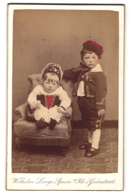 Fotografie W. Lange, Speyer / Rhein, Kinder in Tracht im Foto-Atelier, coloriert