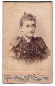 Fotografie Atelier Kindermann, Frankfurt a/O, Portrait Mädchen mit zusammengebundenem Haar