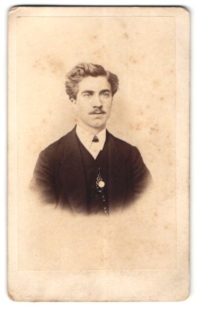 Fotografie Carl Fabricius, Speyer, Portrait junger Mann mit zeitgenöss. Frisur
