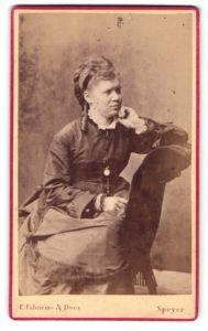 Fotografie C. Fabricius & Does, Speyer, Portrait junge Frau in zeitgenöss. Mode