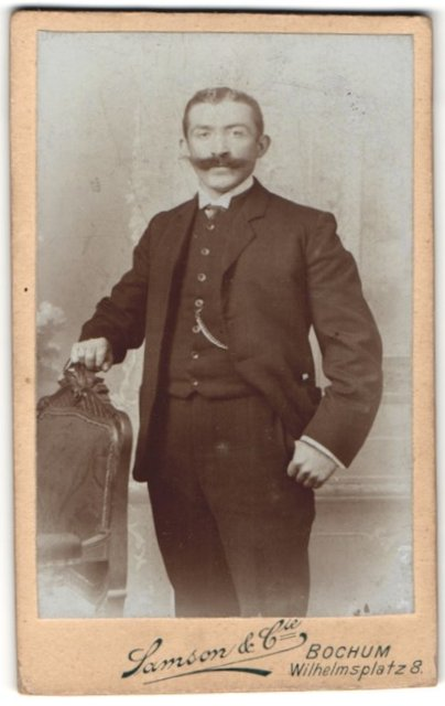 Fotografie Samson & Cie., Bochum, Portrait Herr in Anzug mit mächtigem Schnauzbart