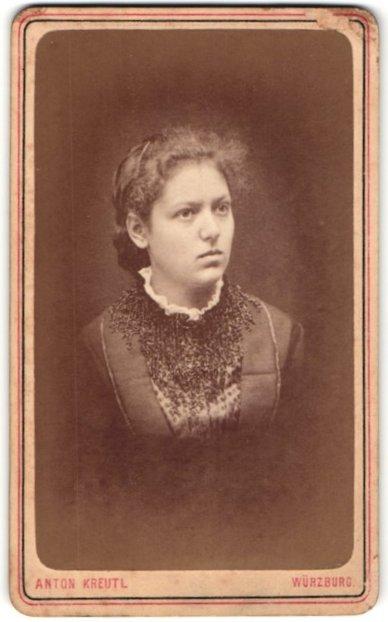 Fotografie Anton Kreutl, Würzburg, Portrait junge Frau mit zusammengebundenem Haar