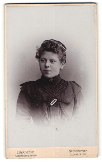 Fotografie L. Wernecke, Bremerhaven, Portrait Fräulein mit zeitgenöss. Frisur