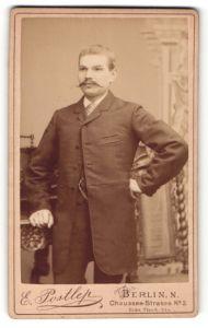 Fotografie E. Postlep, Berlin-N., Portrait Herr in Anzug