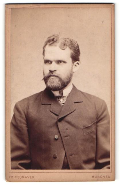 Fotografie Fr. Neumayer, München, Portrait Herr im Anzug mit Vollbart