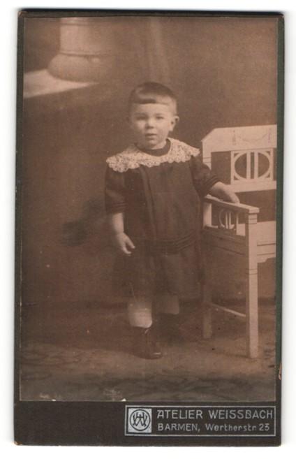 Fotografie Atelier Weissbach, Barmen, Portrait niedliches Kleinkind im hübschen Kleid