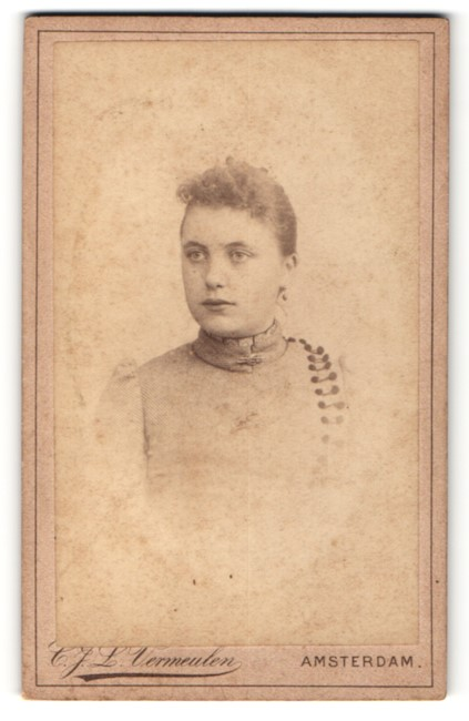 Fotografie C. J. L. Vermeulen, Amsterdam, Portrait Dame mit zusammengebundenem Haar