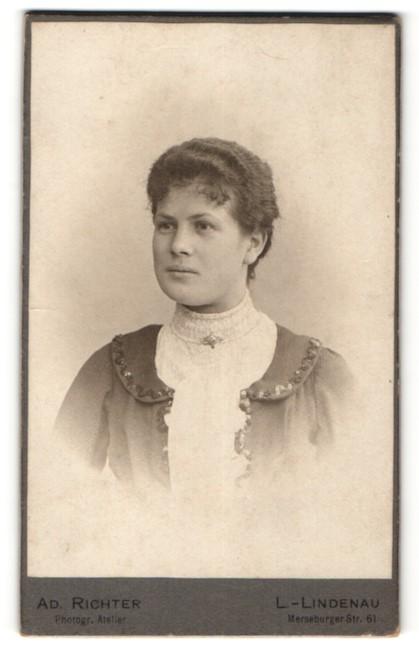 Fotografie Ad. Richter, Leipzig-Lindenau, Portrait junge Frau mit zeitgenöss. Frisur