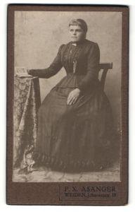 Fotografie F. X. Asanger, Weiden, Portrait junge Frau in festlicher Garderobe