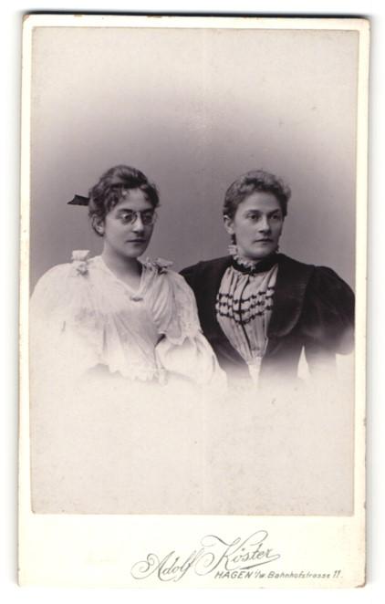 Fotografie Adolf Köster, Hagen i/W, Portrait zwei Frauen in zeitgenöss. Garderobe