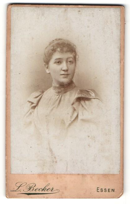 Fotografie L. Becker, Essen, Portrait junge Dame mit zusammengebundenem Haar