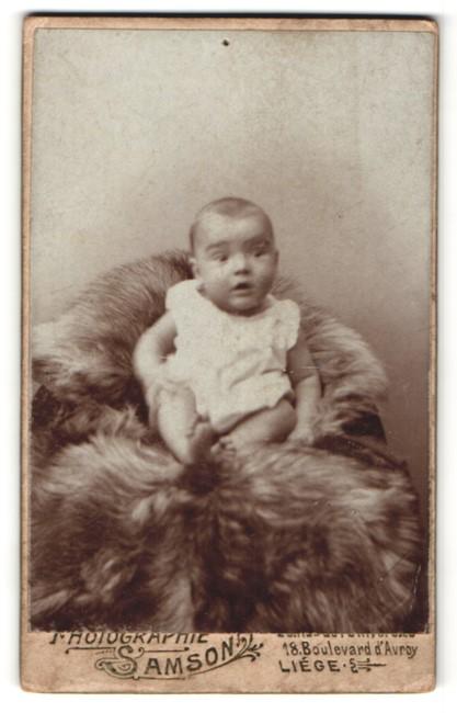 Fotografie Samson & Co., Liège, Portrait Säugling in Leibchen