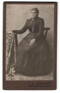 Fotografie F. X. Asanger, Weiden, Portrait junge Frau in zeitgenöss. Garderobe