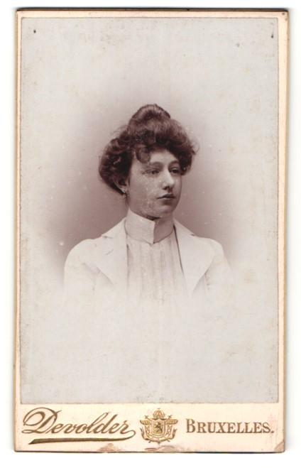 Fotografie Devolder, Bruxelles, Portrait junge Dame mit Hochsteckfrisur