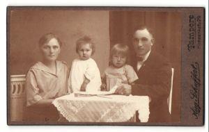 Fotografie Aug. Schuffert, Tampere, Portrait Familiue mit zwei Kindern, Finnland