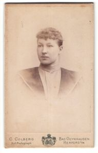 Fotografie C. Colberg, Bad Oeynhausen & Herford i/W, Portrait junge Frau mit zusammengebundenem Haar