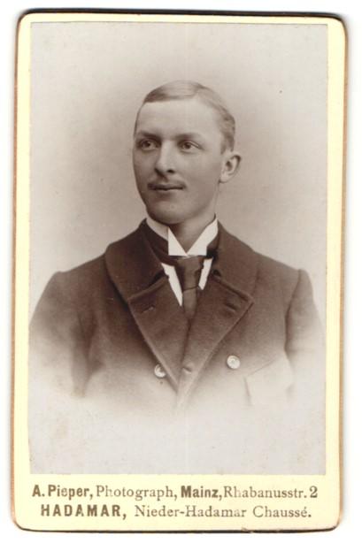 Fotografie A. Pieper, Mainz, Portrait junger Herr in Anzug