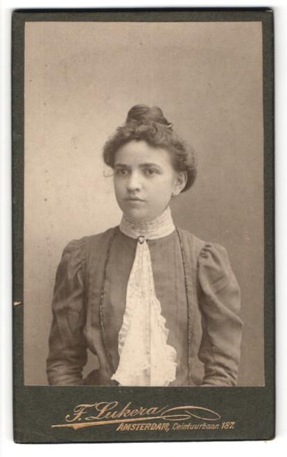 Fotografie F. Lukera, Amsterdam, Portrait junge Dame mit Hochsteckfrisur