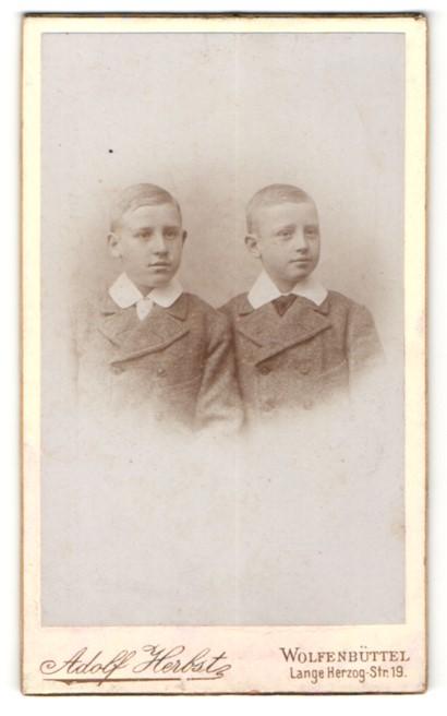 Mann datiert identische Zwillinge
