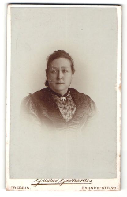 Fotografie Gustav Gerhard, Trebbin, dickliche Frau mit Tauben-Brosche
