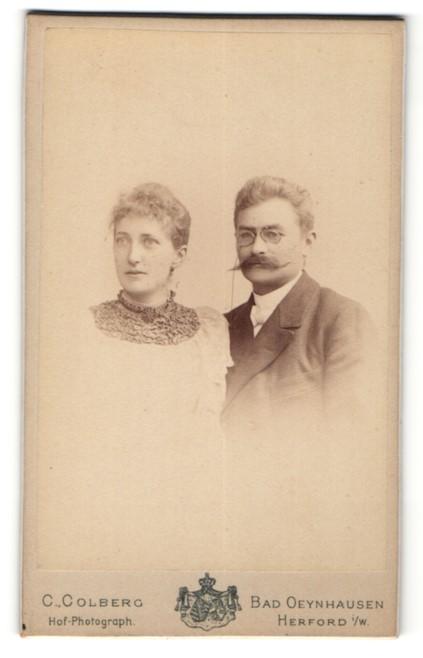 Fotografie C. Colberg, Bad Oeynhausen, Portrait eines Paares, Mann mit Brille