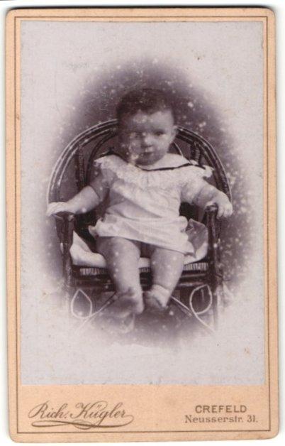 Fotografie Rich Kügler Crefeld Baby In Weisser Kleidung Auf Einem