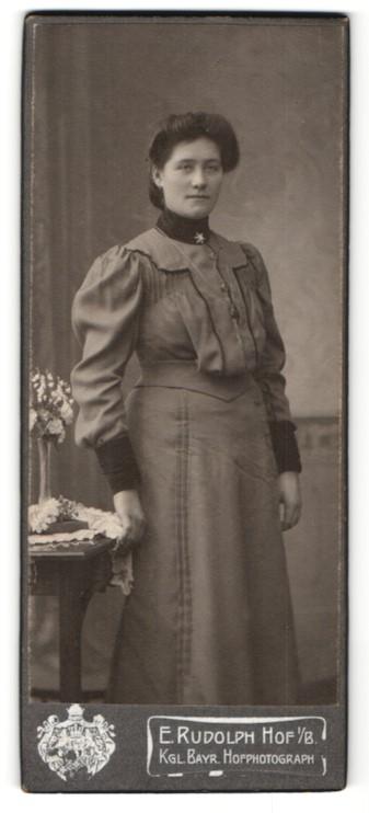 Fotografie E. Rudolph, Hof i. B., dunkelhaarige junge Schönheit mit Brosche und Halskette