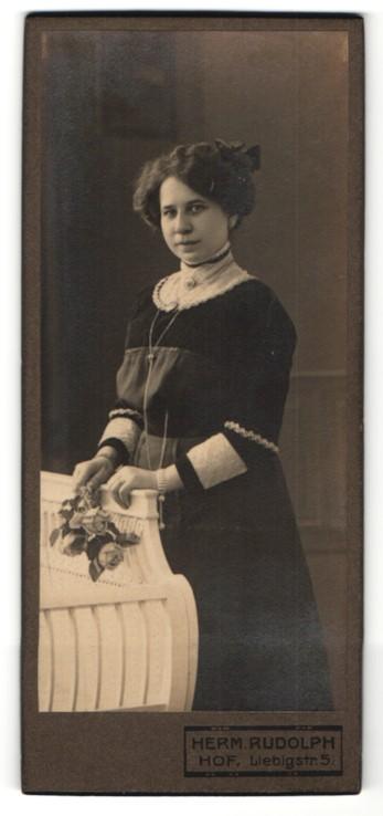 Fotografie Herm. Rudolph, Hof, dunkelhaariges Fräulein in elegant verziertem Kleid mit Stickerei