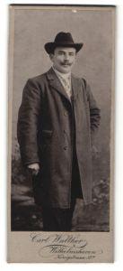 Fotografie Carl Walther, Wilhelmshaven, junger Mann im eleganten Mantel mit Hut