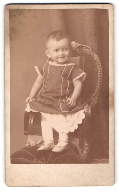 Fotografie Teich Hanfstaengl, Dresden, lachendes süsses Mädchen in hübschem Kleidchen und Riemenschuhen