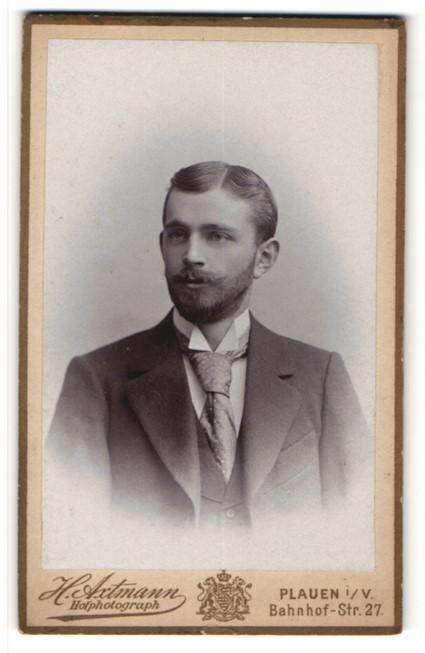 Fotografie H. Axtmann, Plauen i. V., Portrait hübscher junger Mann mit Vollbart und Krawatte