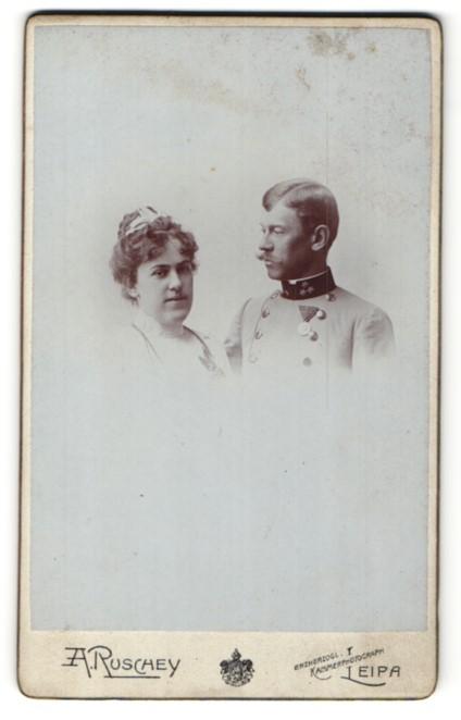 Fotografie A. Ruschey, Leipa, Österreichischer Soldat in Uniform mit Orden nebst Gattin