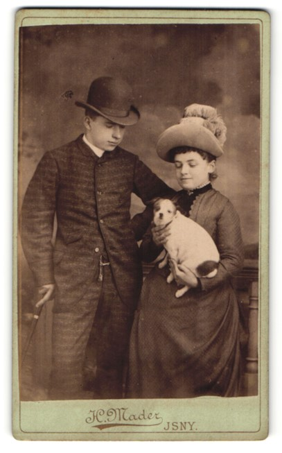 Fotografie H. Mader, Isny, junges Paar mit Hund im Foto-Atelier