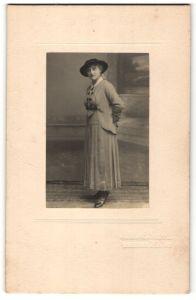 Fotografie Atelier Blommers, La Haye, Dame mit Hut im Foto-Atelier