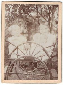 Fotografie Knabe und Mädchen im Kinderwagen sitzend